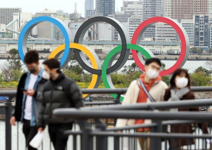 Lidé před olympijskými kruhy