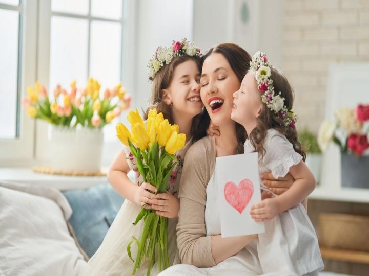 Dvě dcery přející mamince ke Dni matek