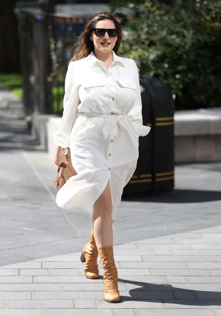 Kelly Brook v bílých šatech.