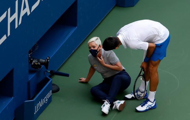 Novak Djokovič a čárová rozhodčí po zásahu míčkem