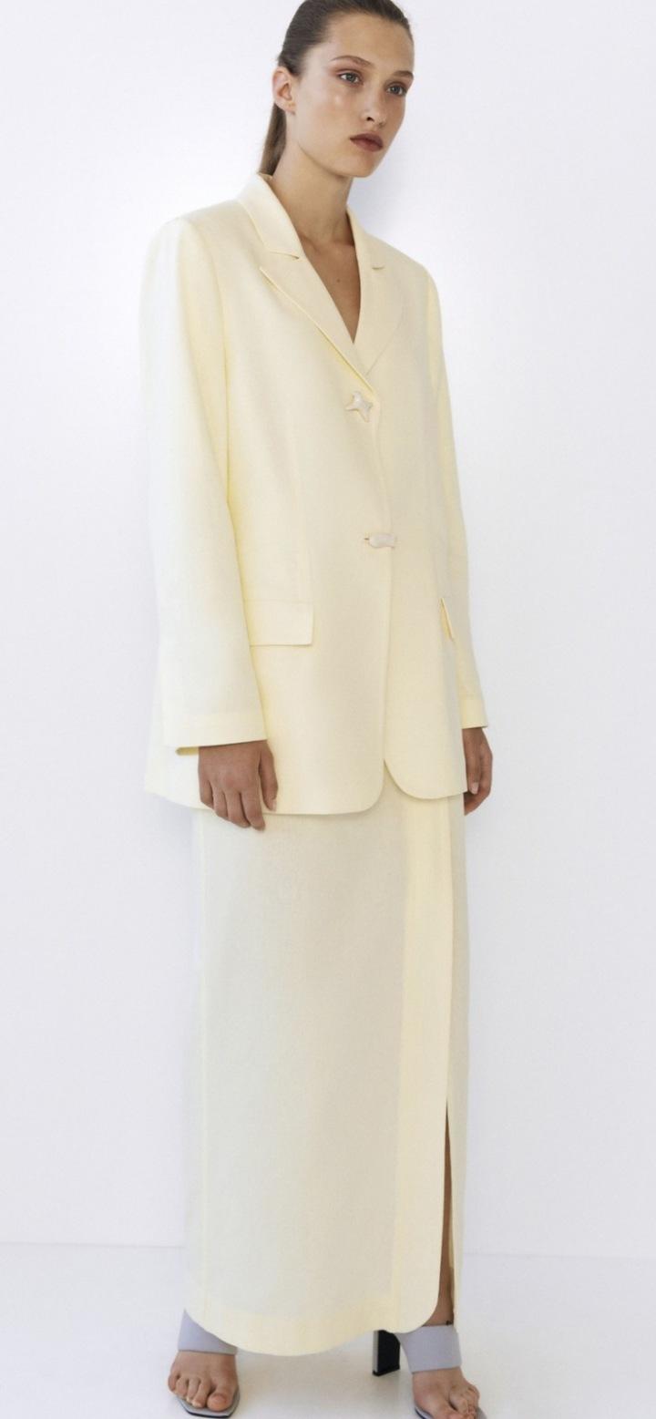 Modelka v obleku kolekce Collina Strada
