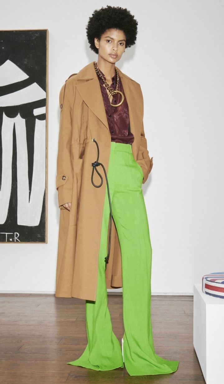 Modelka v zelených kalhotách