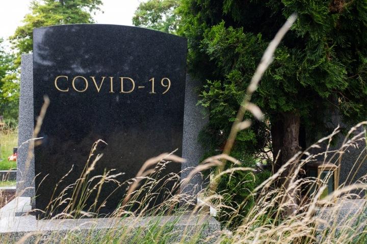 Náhrobek s nápisem Covid-19