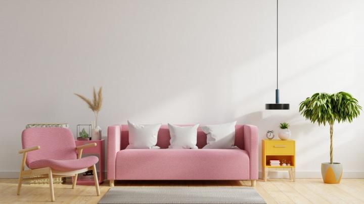 Růžové sofa v interiéru v pastelových barvách