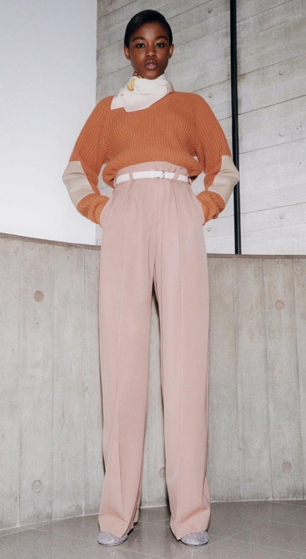 Modelka v růžových kalhotách
