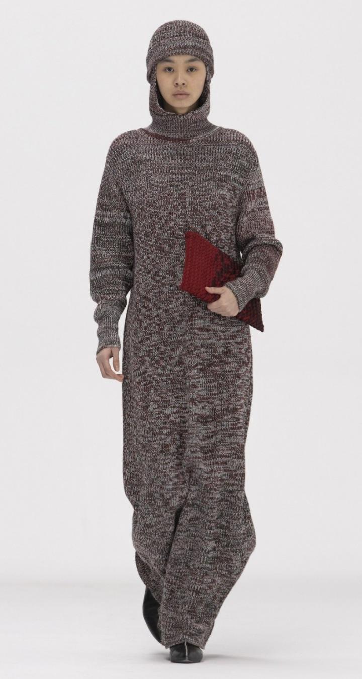 Modelka v šedých úpletových šatech