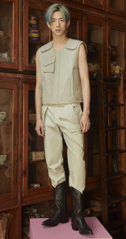Model ve vestě a kalhotách