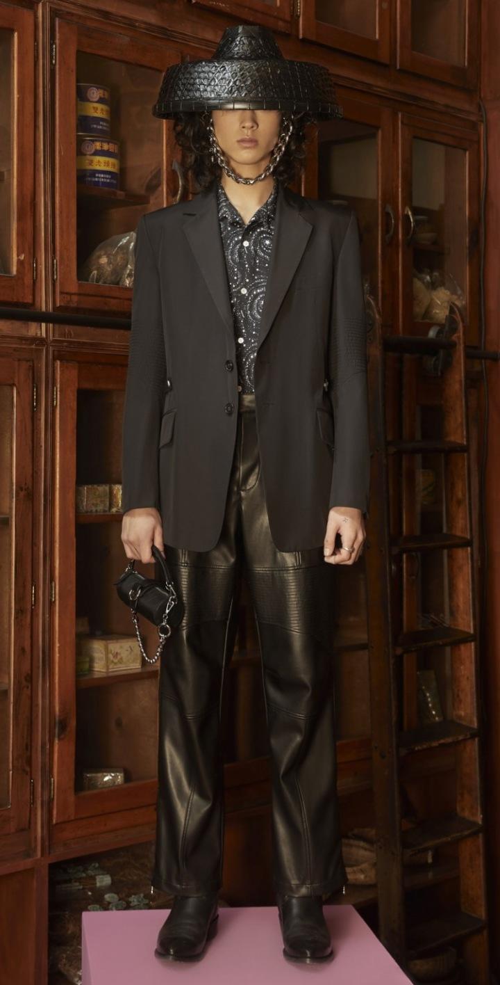 Model v kožených kalhotách