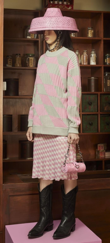 Modelka ve svetru a dlouhé sukni