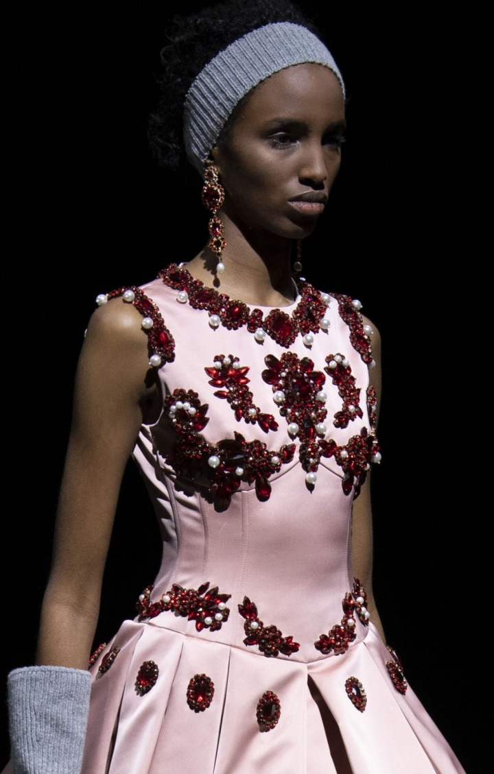 Modelka v růžových šatech