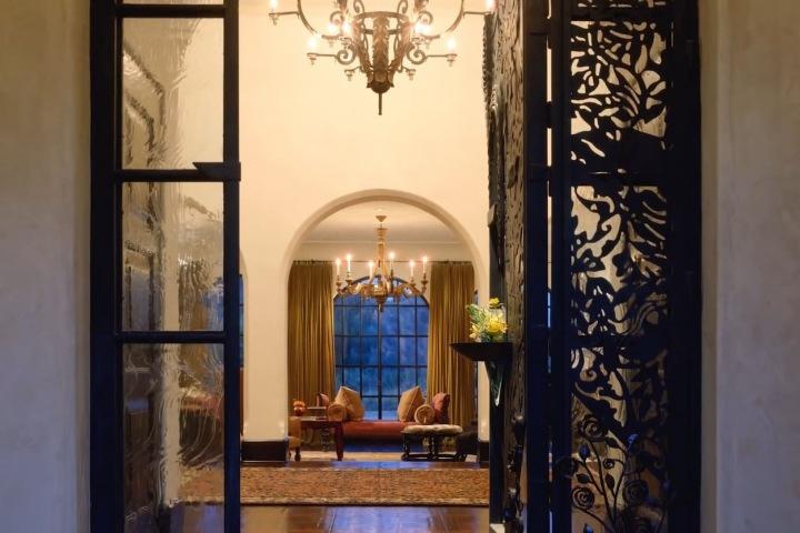 Interiéry jsou vkusné a honosné, dům má šest ložnic