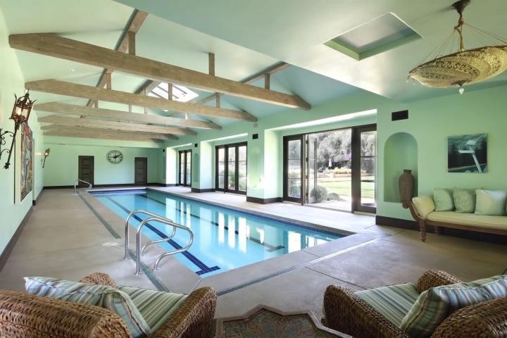 Dům má dva bazény: vnitřní a venkovní