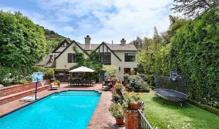 Nový dům Rihanny v Beverly Hills má bazén a utápí se v zeleni