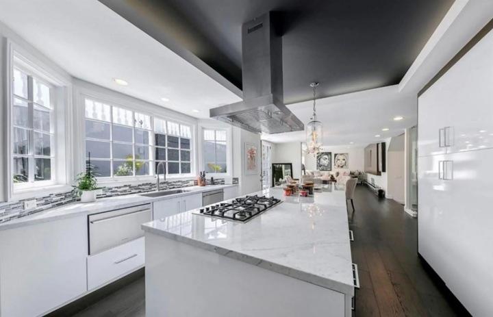 Moderní kuchyň v bílé