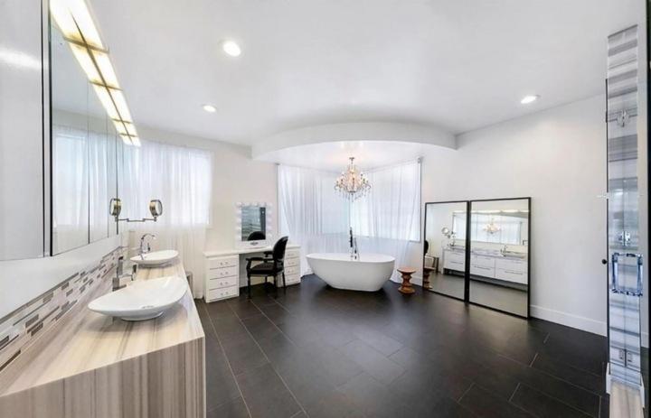 Prostorné koupelně dominuje volně stojící vana v rohu