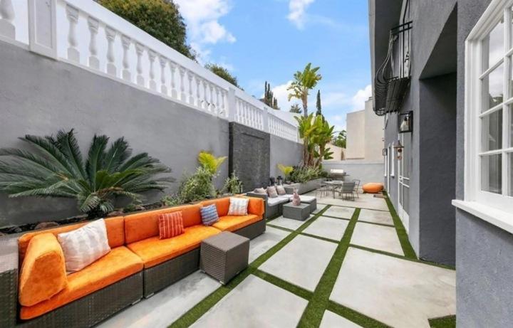 Úzká, ale dlouhá terasa se táhne kolem celého domu