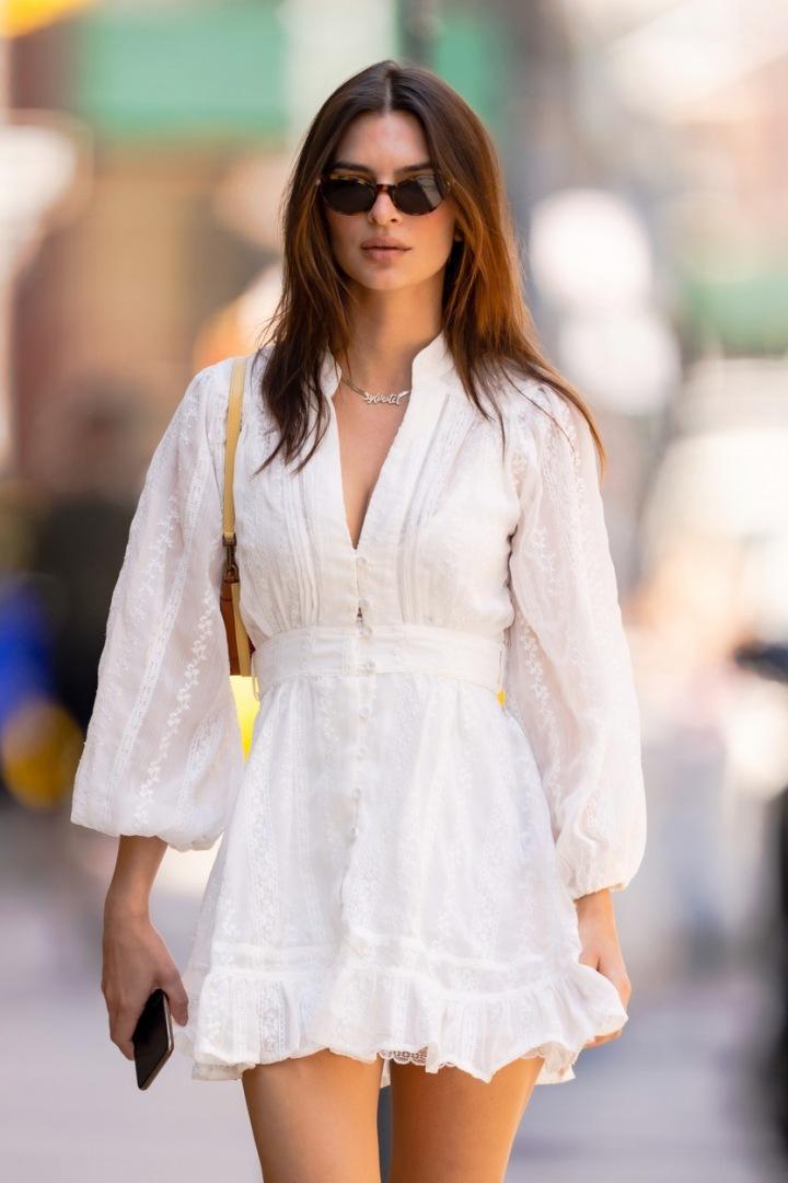 Emily Ratajkowski v bílých šatech