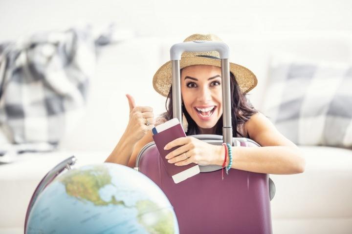 Šťastná žena připravená na dovolenou