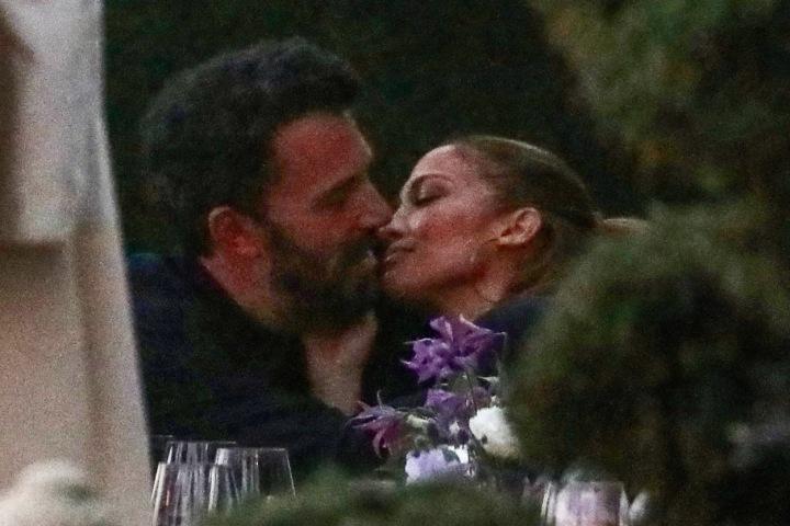 Jennifer Lopez a Ben Affleck při polibku.