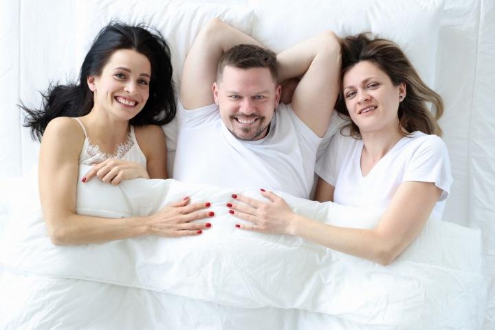 Muži nejsou od přírody monogamní. Lidé obecně... Na foto muž se dvěma ženami