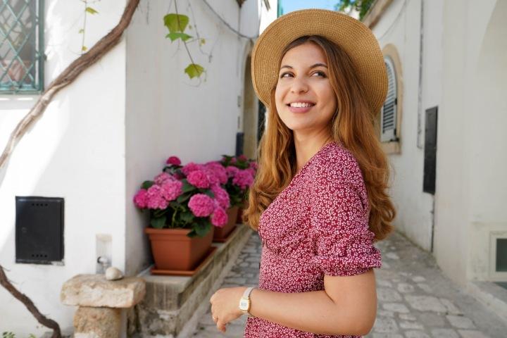 Krásná žena v klobouku v cizině