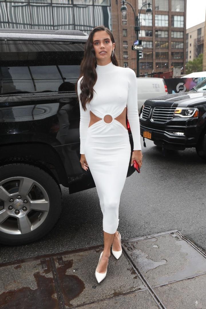 Bílé šaty s vykrojenými boky