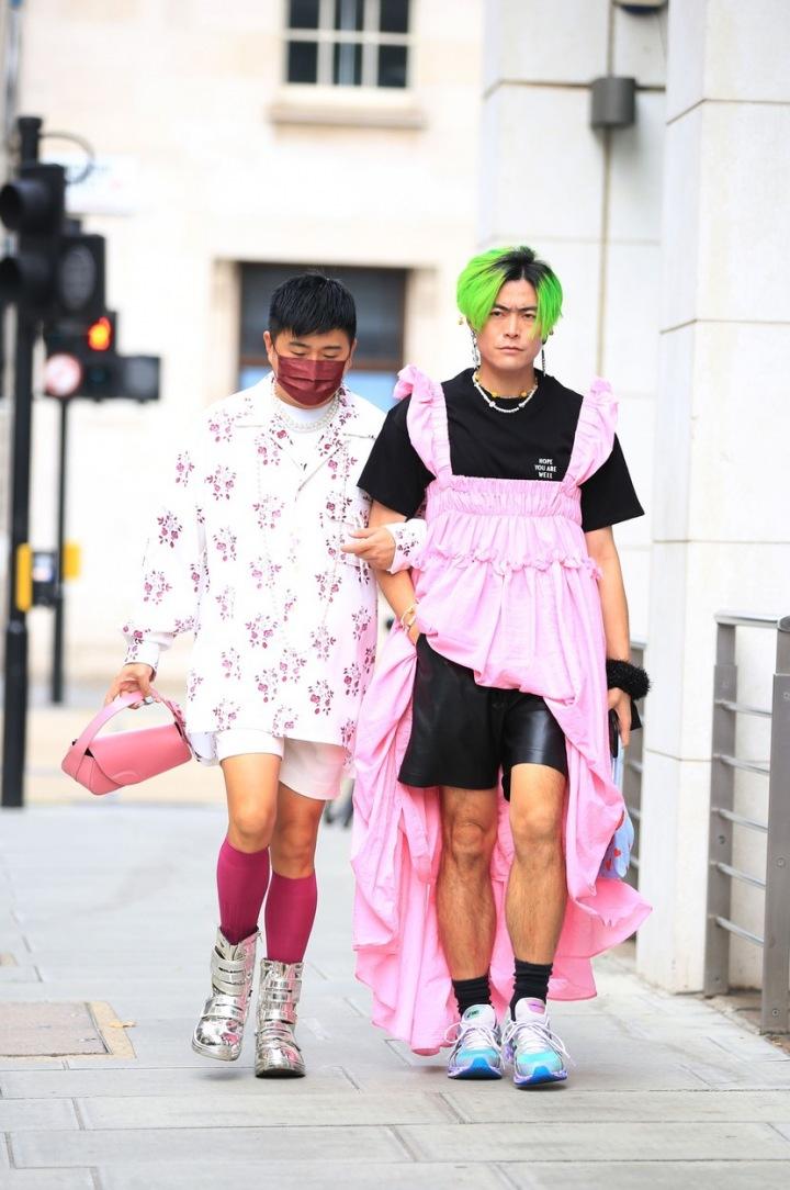 Růžové šaty už nejsou evidentně pouze pro dámy