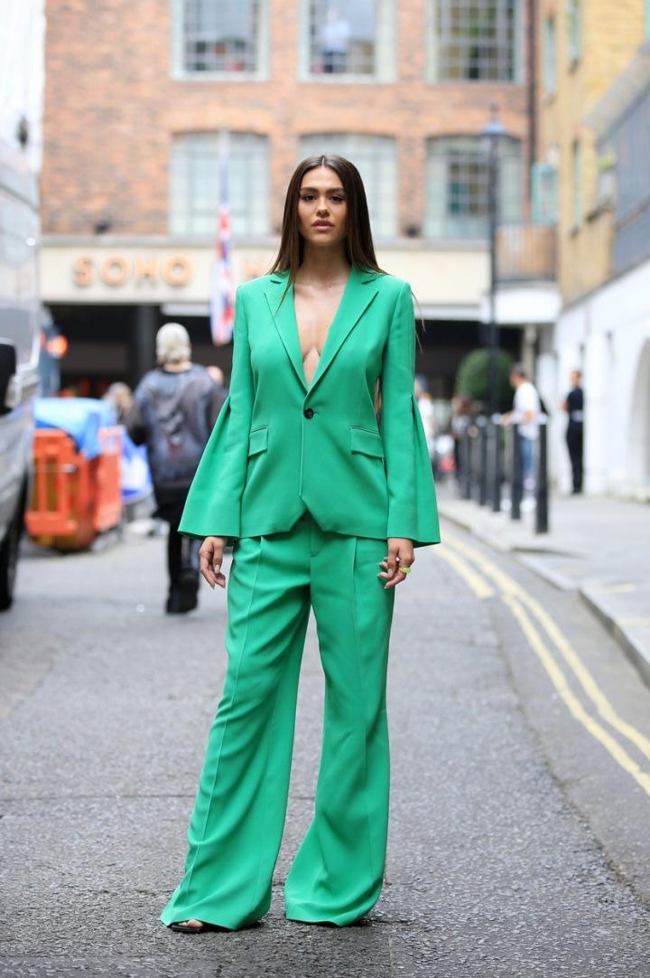 Slečna nechala vyniknout zelený kostýmek