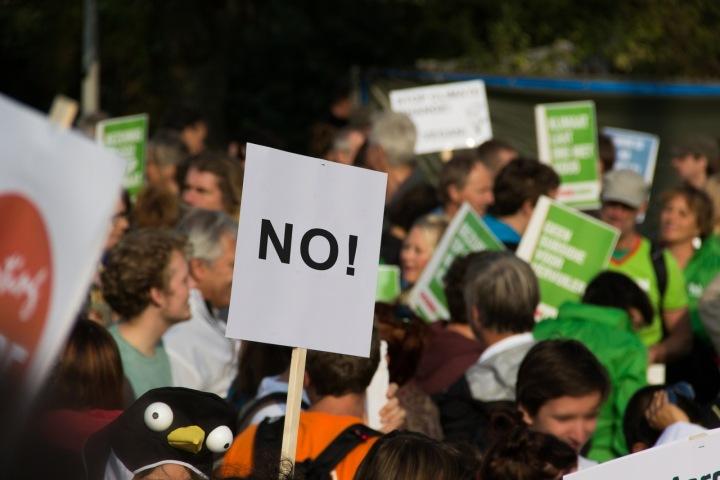 Skupina lidí protestujících na ulici