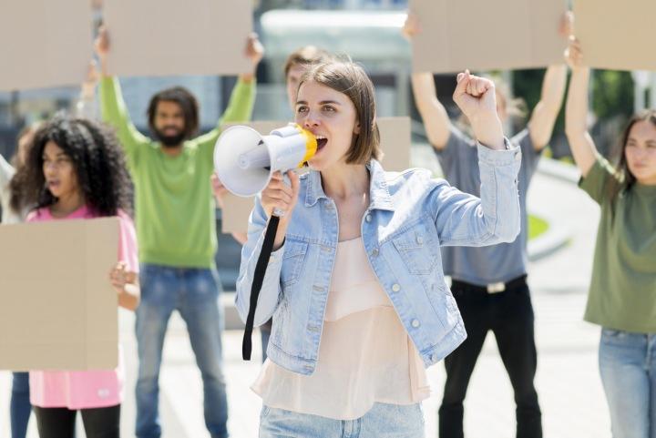 Lidé protestují na ulici.