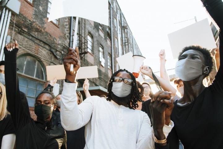 Protestující v ulicích.