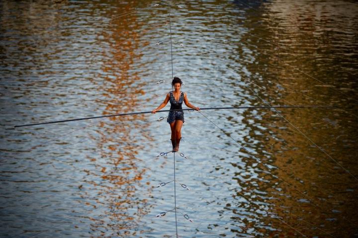 Loni zahajovala festival provazochodkyně, která bez jištění přešla Vltavu.