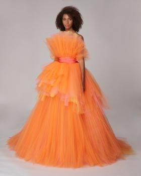 Žena v dlouhých mandarinkových tylových šatech