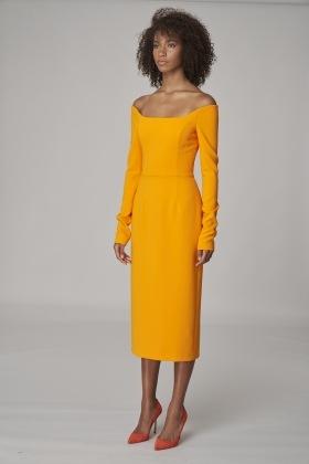 Žena ve žlutých midi šatech