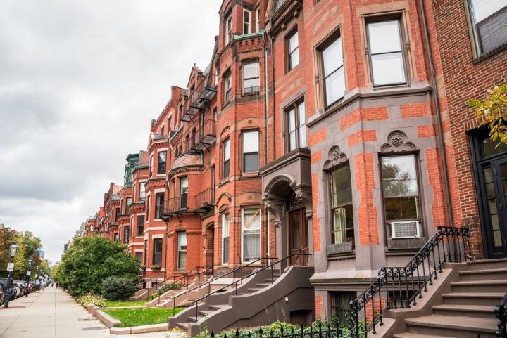 Klasický řadový / městský komunitní dům v Bostonu.