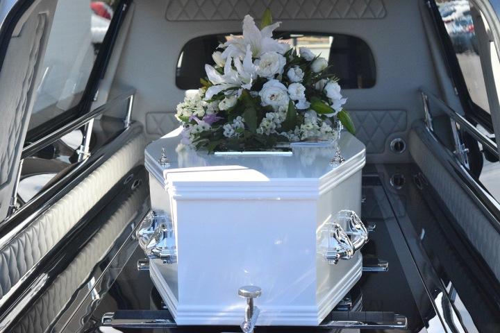 Rakev v pohřebním voze