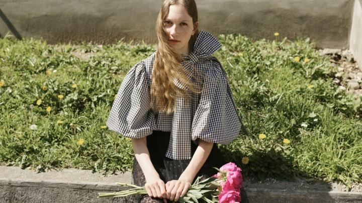 Modelka v šatech REDValentino Fall 2020