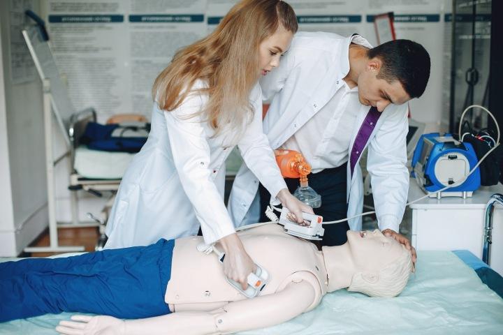 Sestřička zahajuje zkušební resuscitaci.