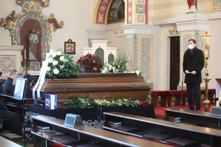 Robert Záruba při proslovu na pohřbu.
