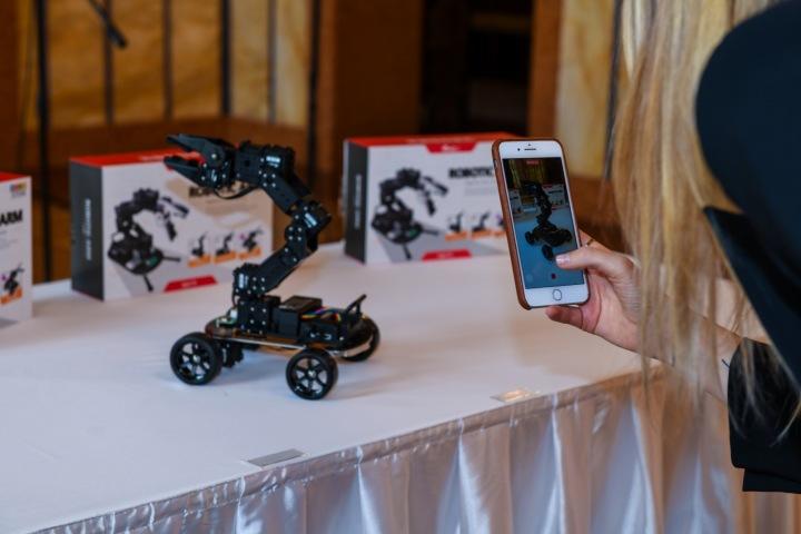 Robotická pomůcka na stole.