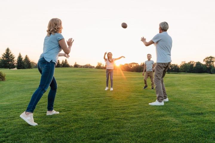 Rodina si hraje s míčem