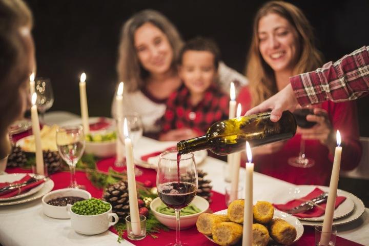 Rodina u společné večeře.