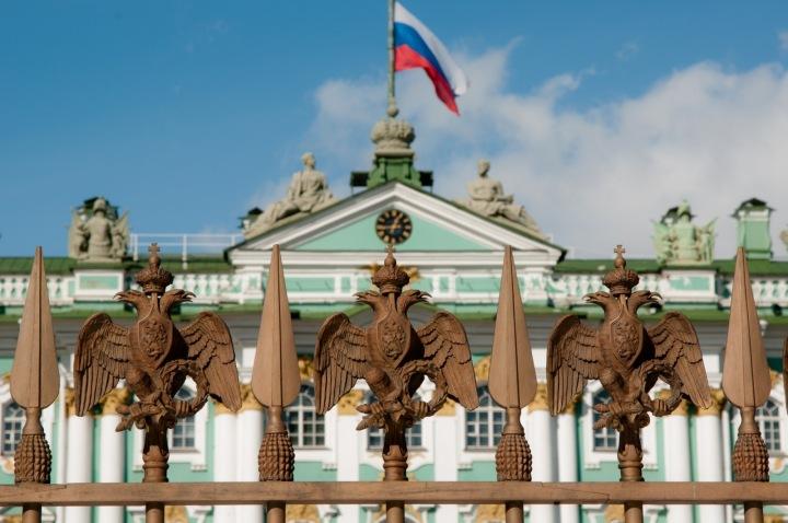 Budova s ruskou vlajkou.