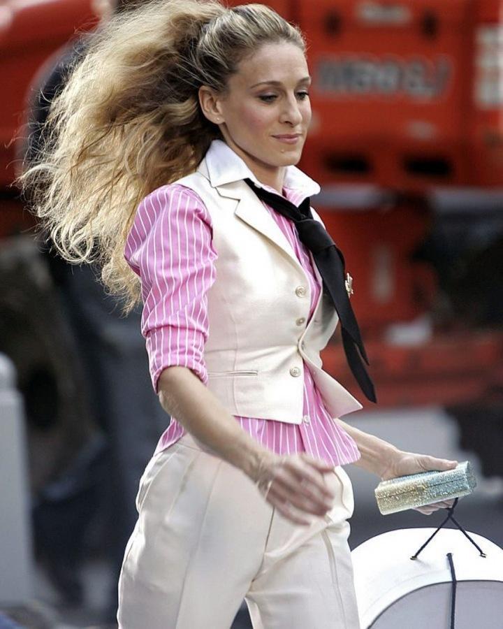 Sarah Jessica Parker jako Carrie Bradshaw v bílém obleku a růžové košili