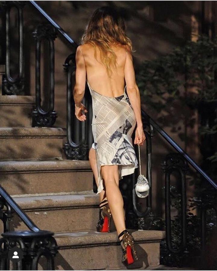 Sarah Jessica Parker jako Carrie Bradshaw v potištěných šatech Dior