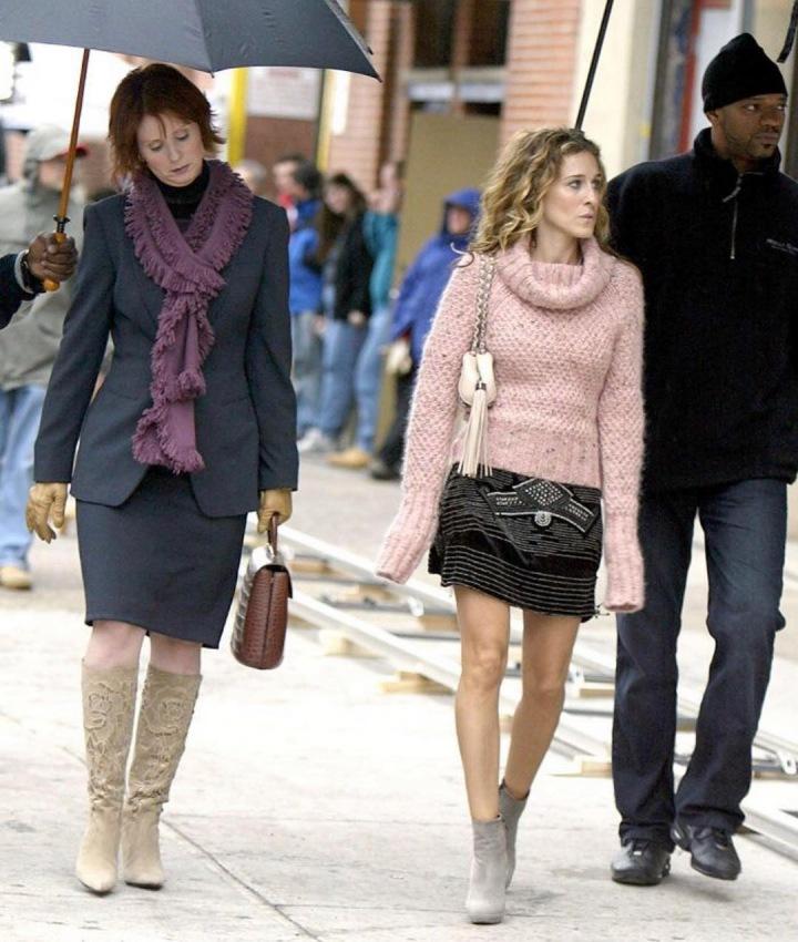 Sarah Jessica Parker jako Carrie Bradshaw v růžovém svetru a černé sukni