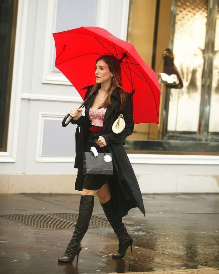 Sarah Jessica Parker jako Carrie Bradshaw v sukni, kozačkách a kabátu