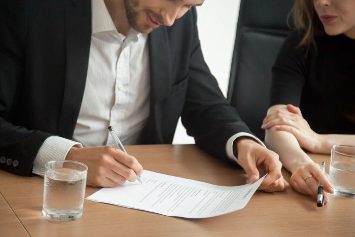 Mužská ruka podepisující smlouvu