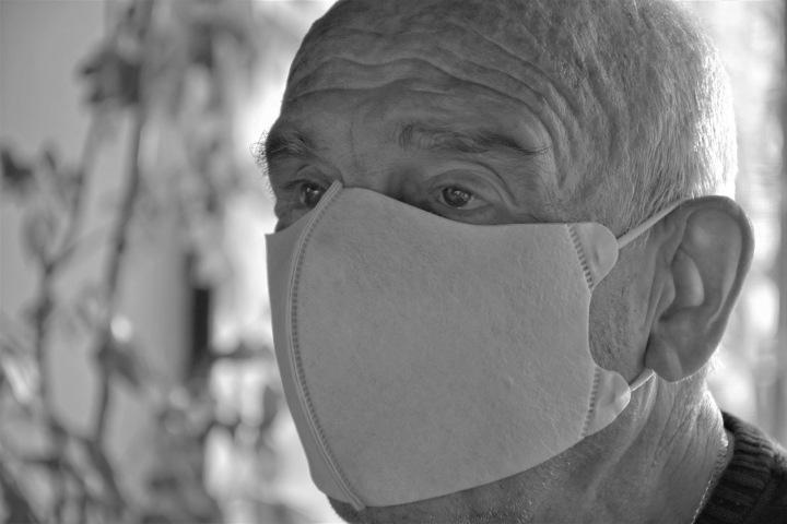 Starý muž s rouškou