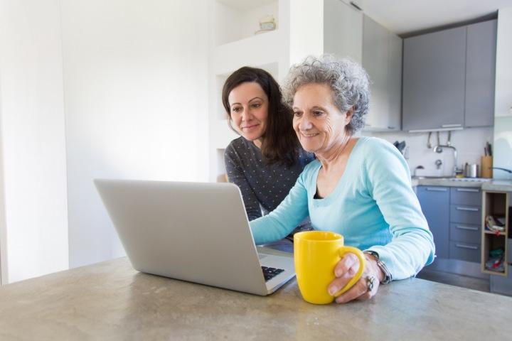 Seniorka si nechává radit na počítači.